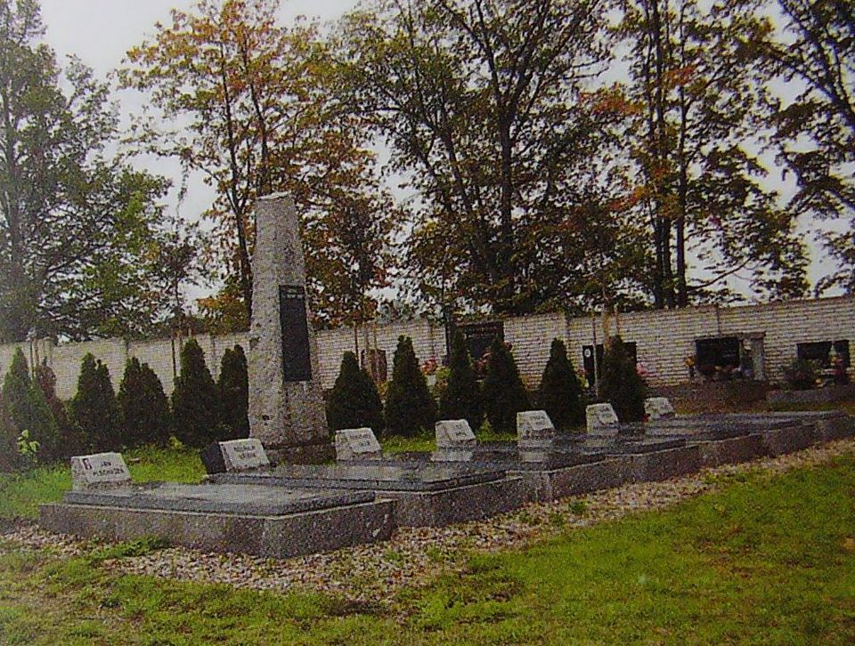 hřbitov a památník padlým.JPG