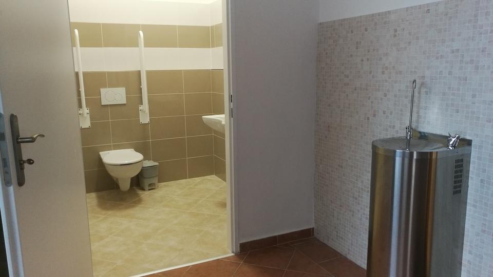bezbariérová toaleta, pítko